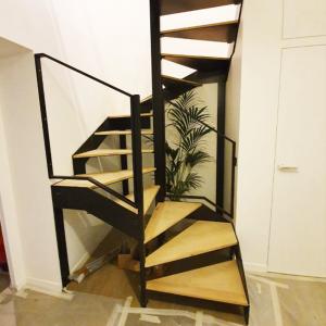 escalier étroit métal découpe